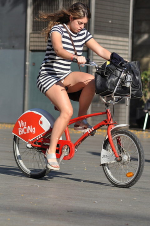 ミニスカ女子さん自転車で疾走してる光景を撮影されパンチラ見放題wwwww・3枚目