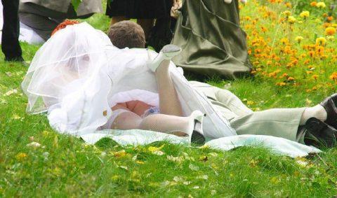 【エロ画像】ウエディングドレスの花嫁にありがちなハプニングwwwwww・3枚目