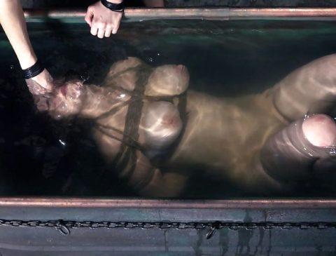 【エロ画像】素人諸君「水責め」はこうやってやるんだって見本・・・・10枚目