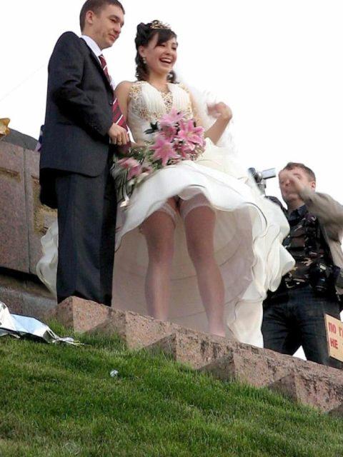 【エロ画像】ウエディングドレスの花嫁にありがちなハプニングwwwwww・4枚目