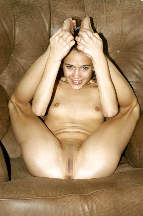 【エロ画像】軟体自慢の海外の素人まんさん全裸で柔軟してる・・・・5枚目
