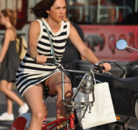 ミニスカ女子さん自転車で疾走してる光景を撮影されパンチラ見放題wwwww・6枚目