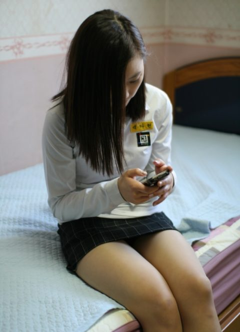 韓国の女子学生さん、ミニスカでお股を集中撮影されるwwwwww(22枚)・6枚目