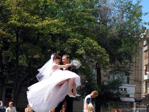 【エロ画像】ウエディングドレスの花嫁にありがちなハプニングwwwwww・6枚目