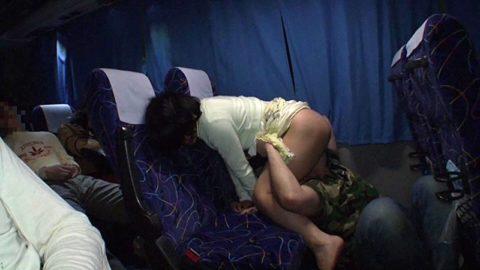 【エロ画像】夜行バスで我慢できなくなったバカップルの行動。。・7枚目