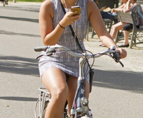 ミニスカ女子さん自転車で疾走してる光景を撮影されパンチラ見放題wwwww・8枚目