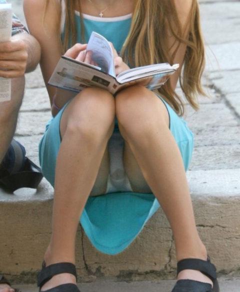素人女子さん、街中でリアルな染みパンを撮られてしまう・・・(27枚)・9枚目