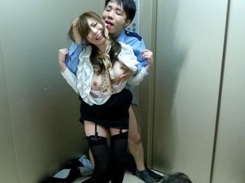 【エロ画像】エレベーターで我慢できなくなった男の行動。。ガチ犯罪wwww・1枚目
