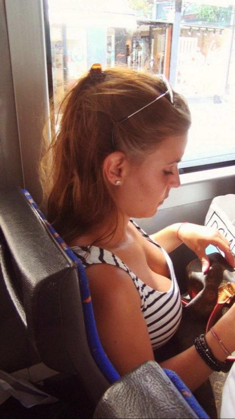 海外の電車内で撮影された「素人おっぱい」ガチで天国すぎwwwww(エロ画像)・14枚目