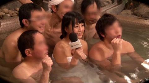 温泉ロケで女子アナウンサーがまさかのハプニング。。(エロ画像)・1枚目