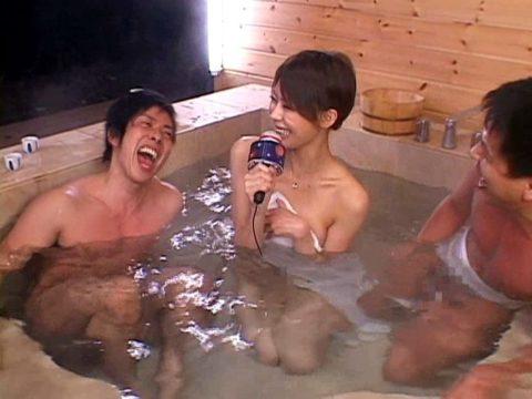 温泉ロケで女子アナウンサーがまさかのハプニング。。(エロ画像)・14枚目