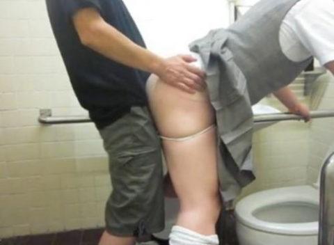 【エロ画像】最近流行りの「多目的トイレ」でヤッてる人たちwwwwww・16枚目