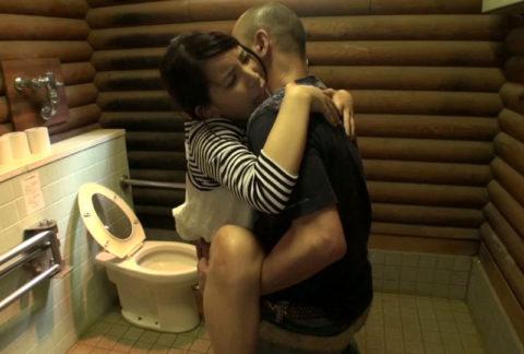 【エロ画像】最近流行りの「多目的トイレ」でヤッてる人たちwwwwww・18枚目