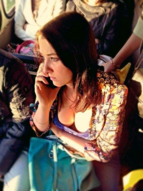 海外の電車内で撮影された「素人おっぱい」ガチで天国すぎwwwww(エロ画像)・2枚目