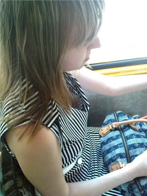 海外の電車内で撮影された「素人おっぱい」ガチで天国すぎwwwww(エロ画像)・34枚目