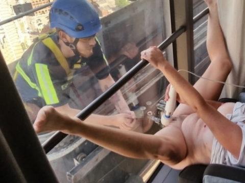 【くぱぁ】窓際でおマンコを晒してる女さん・・・この光景は草wwwwww・1枚目