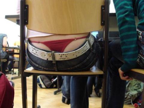 【エロ画像】海外の学校内のエロ画像。これパンチラ天国ですやんwwwwww・1枚目