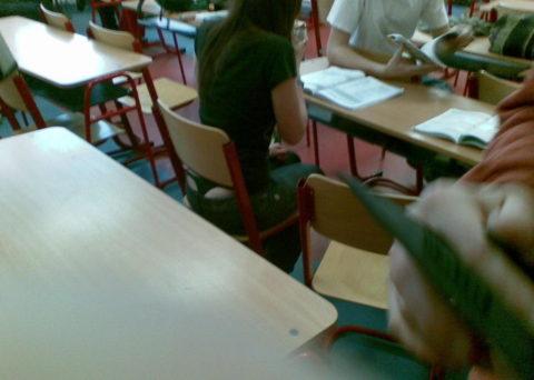【エロ画像】海外の学校内のエロ画像。これパンチラ天国ですやんwwwwww・12枚目