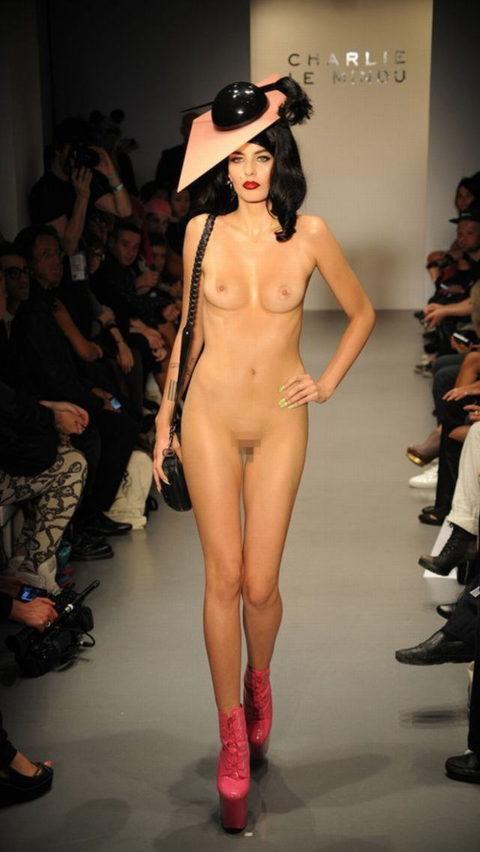 【エロGIF】ファッションショーなのに全裸ってどういう事なん?wwwwww・15枚目