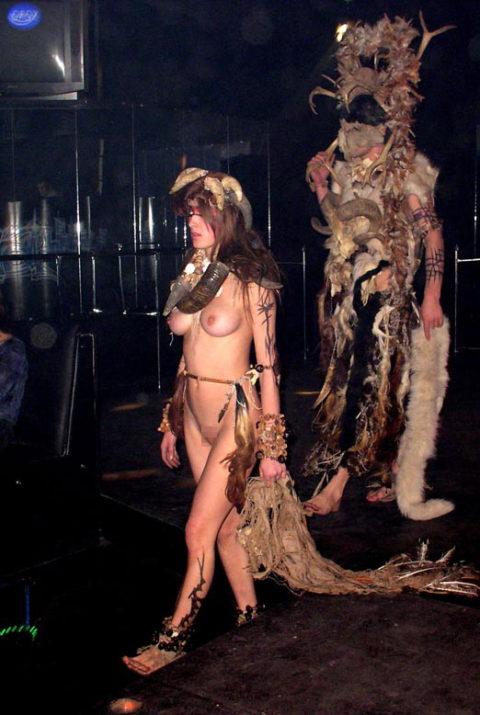 【エロGIF】ファッションショーなのに全裸ってどういう事なん?wwwwww・19枚目