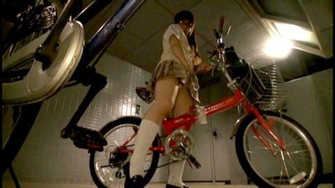 【エロ画像】自転車のサドルで腰をクネクネしてる女の子たちwwwwww・19枚目