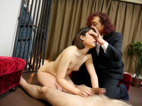 【エロ画像】催眠術にがっつりかかった女の子、卑猥な事をさせられるwwwww・1枚目