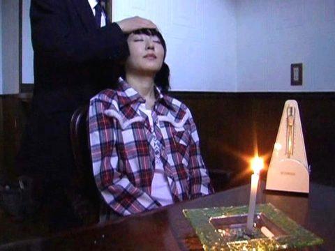 【エロ画像】催眠術にがっつりかかった女の子、卑猥な事をさせられるwwwww・10枚目