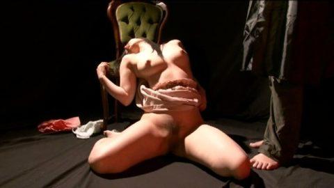 【エロ画像】催眠術にがっつりかかった女の子、卑猥な事をさせられるwwwww・2枚目