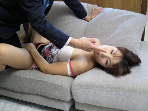【エロ画像】催眠術にがっつりかかった女の子、卑猥な事をさせられるwwwww・20枚目