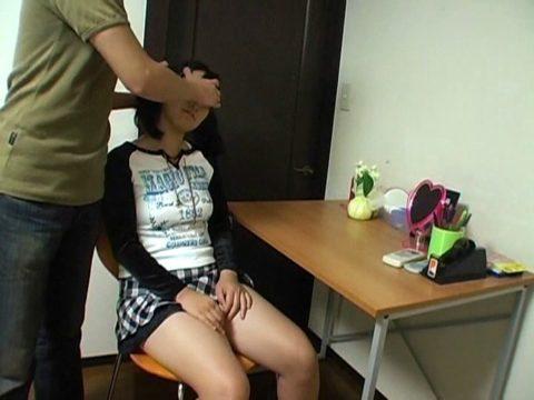 【エロ画像】催眠術にがっつりかかった女の子、卑猥な事をさせられるwwwww・24枚目