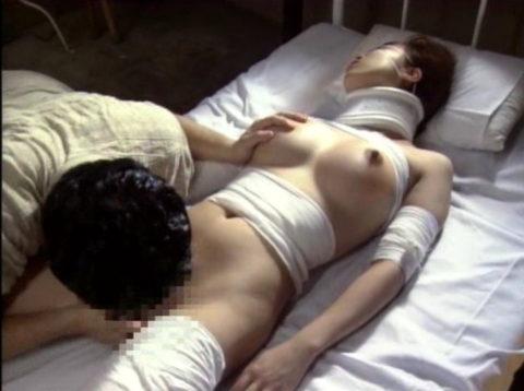 【エロ画像】怪我してボッロボロの女とセックスするのって興奮するんか??・20枚目
