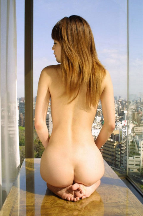【くぱぁ】窓際でおマンコを晒してる女さん・・・この光景は草wwwwww・16枚目