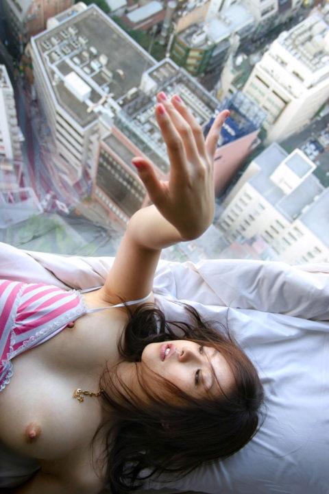 【くぱぁ】窓際でおマンコを晒してる女さん・・・この光景は草wwwwww・20枚目