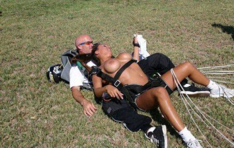 露出狂まんさんが趣味のスカイダイビングした結果。やっぱりこうなるwwwww・26枚目