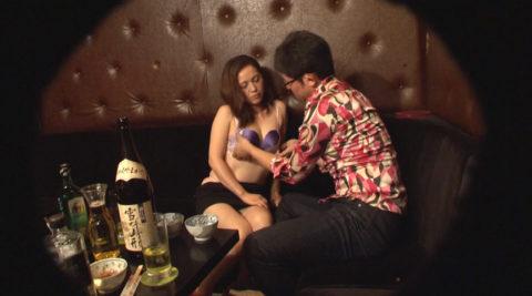 【エロ画像】性的なサービスでお客を獲得するスナック熟女wwwwww・5枚目