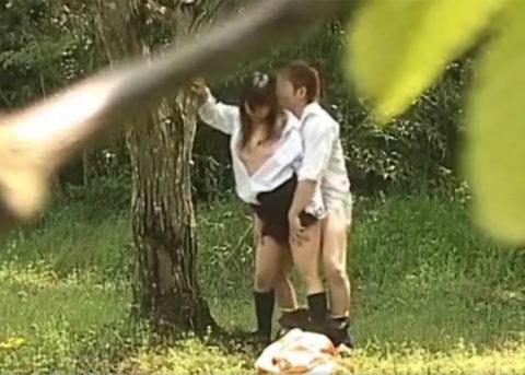 学生バカップルが昼間から盛ってる光景が撮影される。いっぱいおるやんwwwww(エロ画像)・1枚目