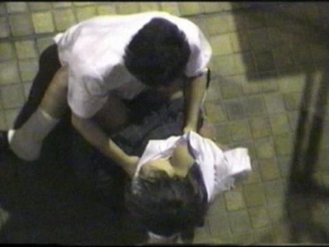 学生バカップルが昼間から盛ってる光景が撮影される。いっぱいおるやんwwwww(エロ画像)・11枚目