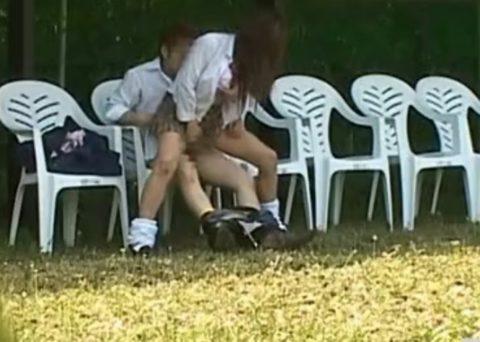 学生バカップルが昼間から盛ってる光景が撮影される。いっぱいおるやんwwwww(エロ画像)・23枚目