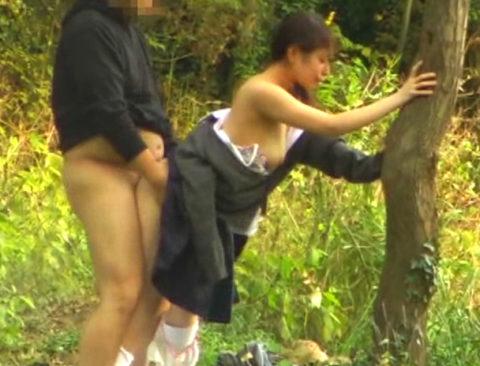 学生バカップルが昼間から盛ってる光景が撮影される。いっぱいおるやんwwwww(エロ画像)・24枚目