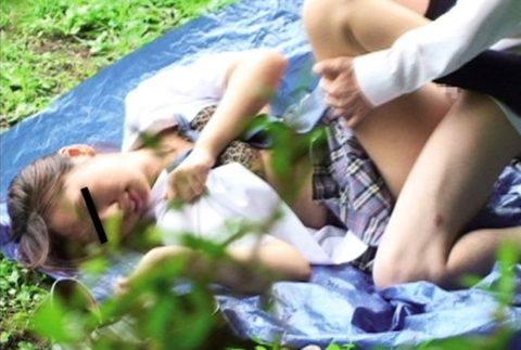 学生バカップルが昼間から盛ってる光景が撮影される。いっぱいおるやんwwwww(エロ画像)・25枚目