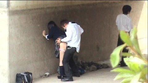 学生バカップルが昼間から盛ってる光景が撮影される。いっぱいおるやんwwwww(エロ画像)・29枚目