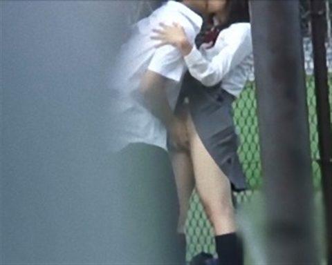 学生バカップルが昼間から盛ってる光景が撮影される。いっぱいおるやんwwwww(エロ画像)・32枚目