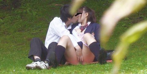 学生バカップルが昼間から盛ってる光景が撮影される。いっぱいおるやんwwwww(エロ画像)・35枚目