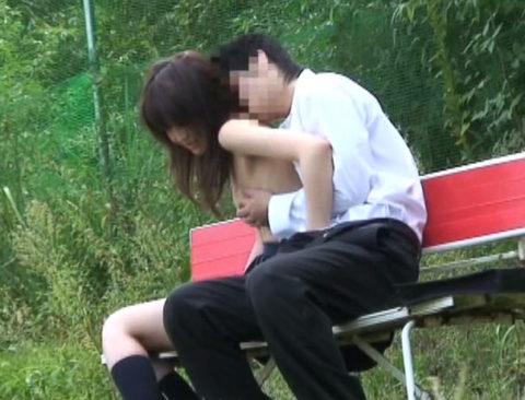 学生バカップルが昼間から盛ってる光景が撮影される。いっぱいおるやんwwwww(エロ画像)・36枚目
