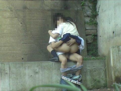 学生バカップルが昼間から盛ってる光景が撮影される。いっぱいおるやんwwwww(エロ画像)・6枚目