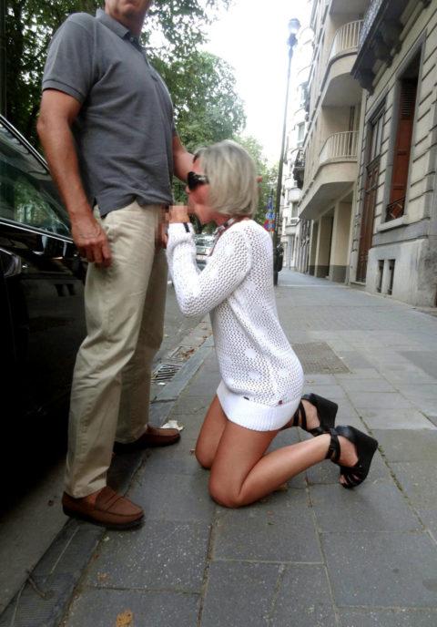 路上売春婦さん、逮捕覚悟で街中でフェラして小銭を稼ぐ光景。。(エロ画像)・19枚目