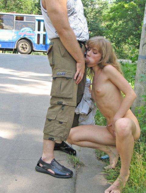 路上売春婦さん、逮捕覚悟で街中でフェラして小銭を稼ぐ光景。。(エロ画像)・20枚目