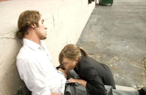路上売春婦さん、逮捕覚悟で街中でフェラして小銭を稼ぐ光景。。(エロ画像)・5枚目