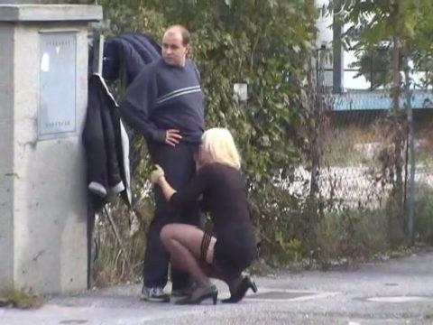 路上売春婦さん、逮捕覚悟で街中でフェラして小銭を稼ぐ光景。。(エロ画像)・7枚目