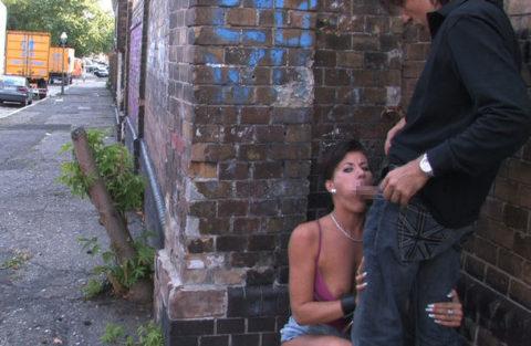 路上売春婦さん、逮捕覚悟で街中でフェラして小銭を稼ぐ光景。。(エロ画像)・8枚目